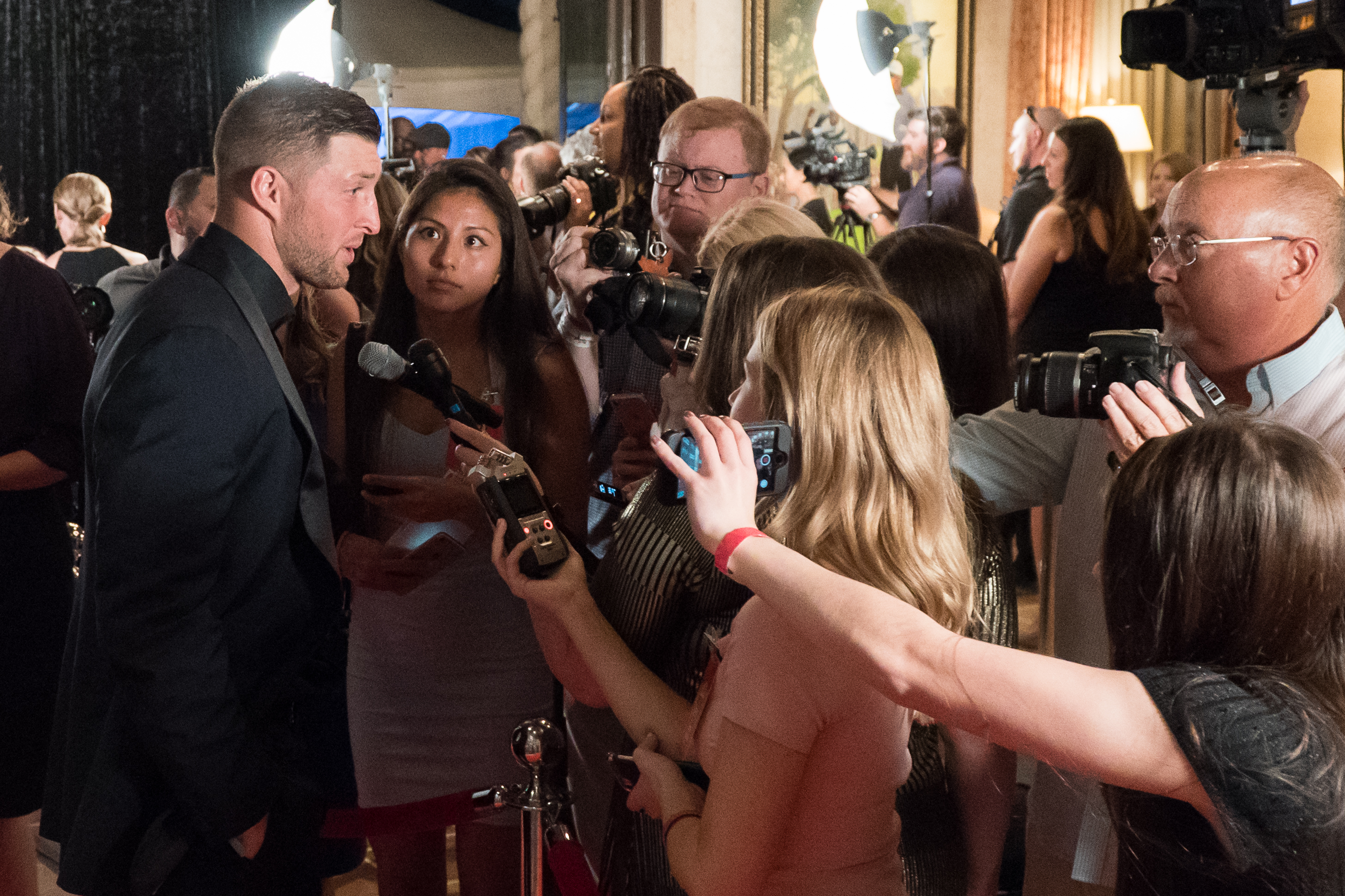 Tim_Tebow_speaks_to_the_media_along_the_red_carpet.jpg